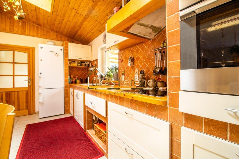 Kuchyně s pohledem na vstup do předsíně