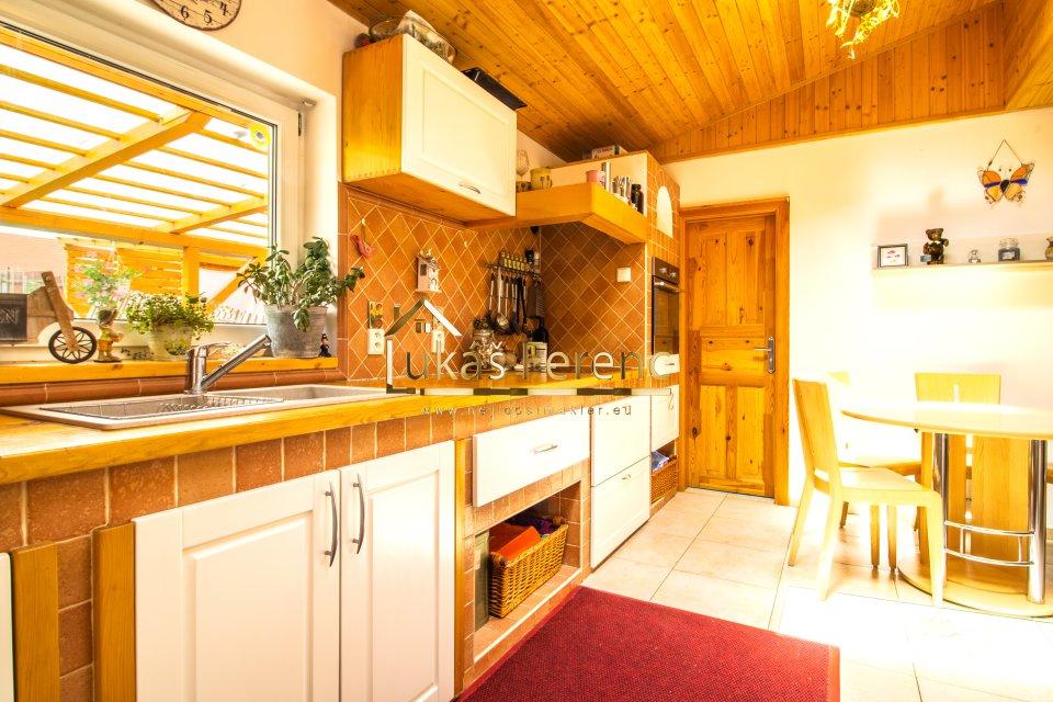 Kuchyně s pohledem v na vchod do koupelny